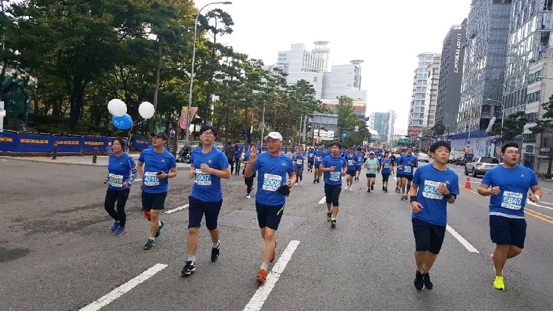 이름도 모르는 달림이분께서 찍어 준 바로 그 사진 청명한 가을 하늘. 서울 시내 한복판을 아들과 함께 달리고 있다.