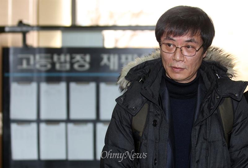 2014년 재심 결심공판에서 무죄 판결을 받은 강기훈 씨가 서울고등법원을 나서고 있다. 이로부터 1년이 지난 2015년 대법원 판결로 최종 무죄가 확정됐다.