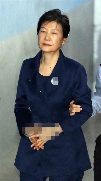 박근혜 전 대통령이 구속 연장 후 첫 공판에 출석하기 위해 16일 오전 서울중앙지법에 들어서고 있다.