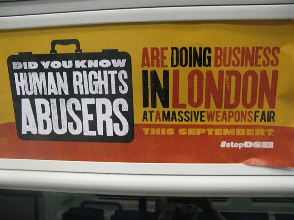 DSEi를 반대하고 전시회 개최를 막으려고 나선 영국과 유럽의 활동가들 모습.