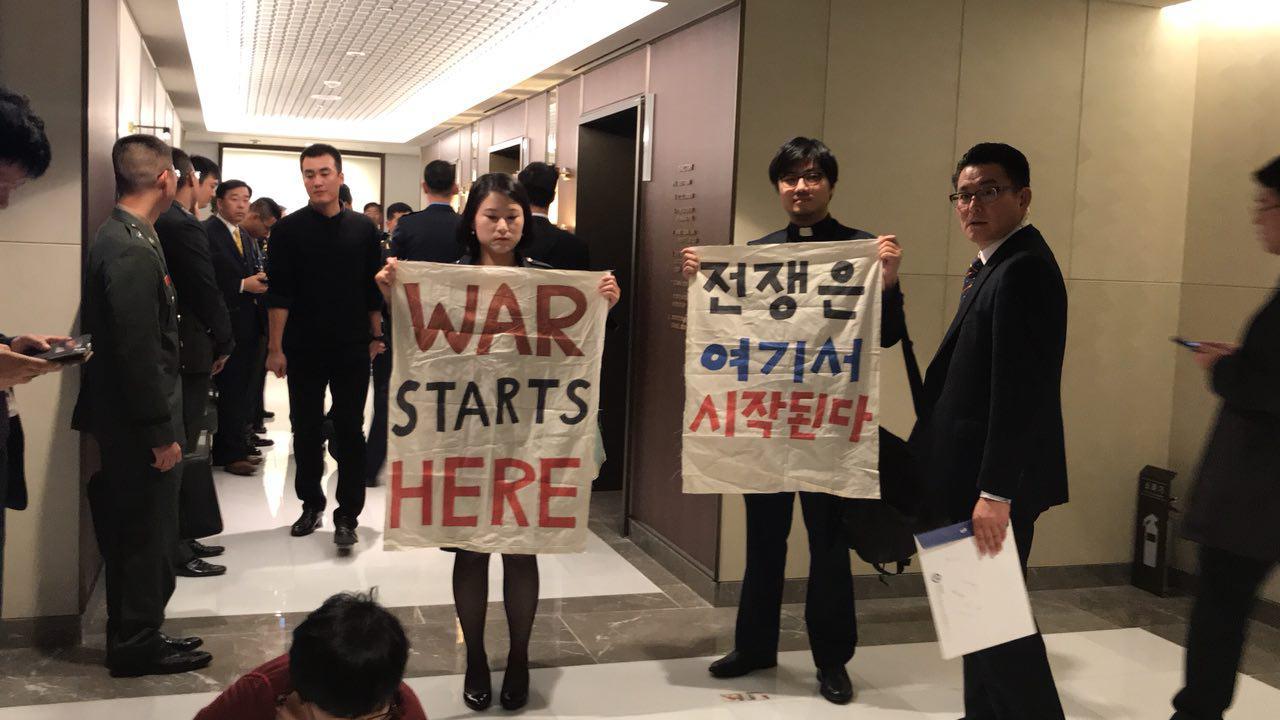2017 서울아덱스 환영리셉션이 열린 르메르디앙 호텔 행사장 앞에서 직접행동을 펼치는 평화활동가들