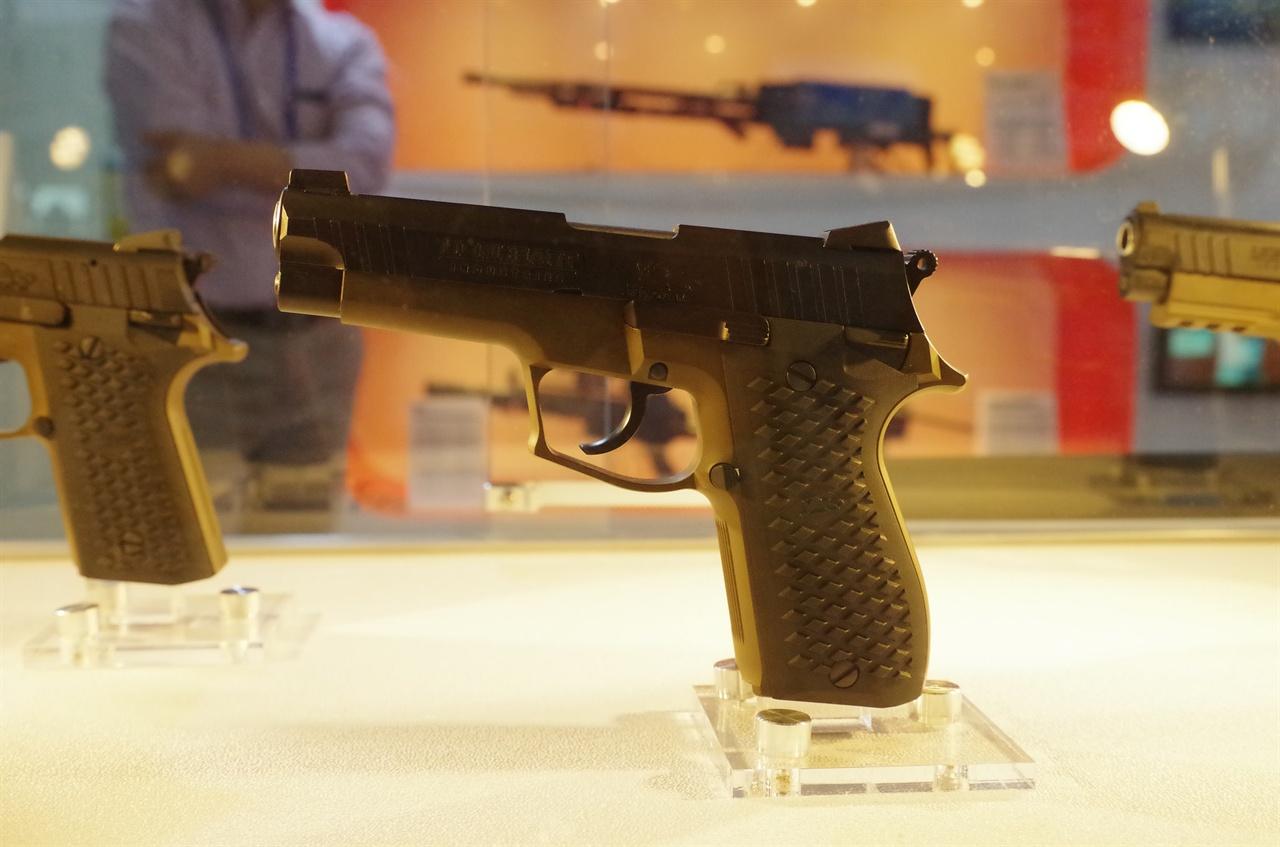 2015년 당시 아덱스에 전시된 소형무기. 최첨단 무기들 뿐만 아니라 재래식 무기 또한 여전히 수많은 사람들을 죽음으로 몰아넣고 있다.