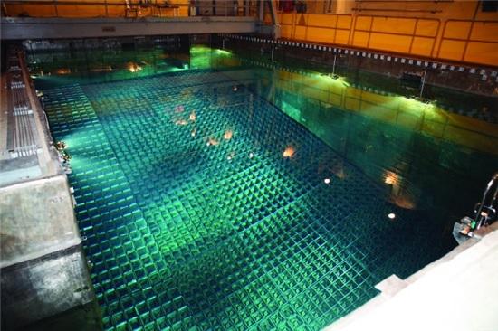 사용후핵연료는 강한 방사선을 분출하는 위험물질이기 때문에 냉각 수조에 넣어 5년가량 열을 식혀야 한다. 사진은 사용후핵연료 습식저장시설.
