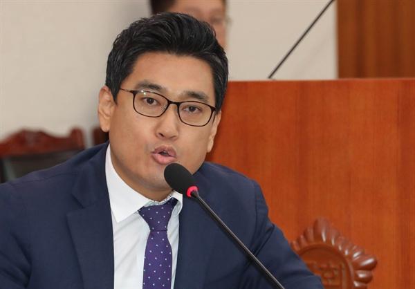 바른정당 오신환 의원이 17일 국회에서 열린 법사위 대한법률구조공단·한국법무보호복지공단·정부법무공단 등에 대한 국정감사에서 의사진행 발언을 하고 있다.