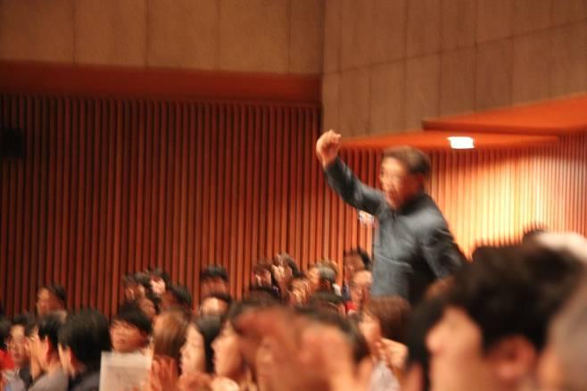 지난 13일 당진문예의 전당 대강당에서 열린 인권주간 문화행사에서 한 시민이 안희정 충남지사를 향해 성 소수자 인권 옹호를 이유로 퇴진을 요구하는 구호를 외치고 있다.