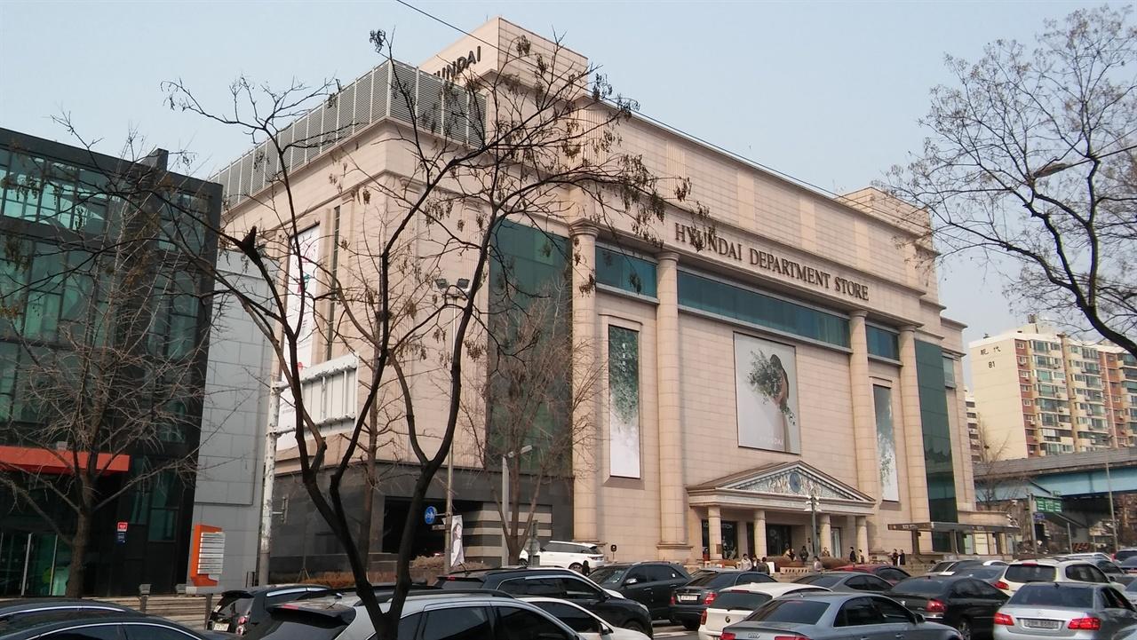 압구정동 현대백화점 1979년 9월 압구정동에 한양쇼핑센터가 문을 열면서 강남에 백화점 시대가 개막됐다. 명품백화점으로 알려진 압구정동 현대백화점은 1985년 개관했다.
