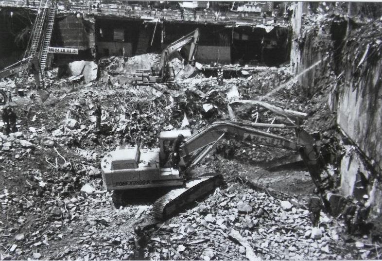 삼풍백화점 붕괴 현장 1995년 6월 29일 오후 5시 57분께 삼풍백화점이 붕괴했다. 서울도서관 3층 전시실 사진을 촬영했다.