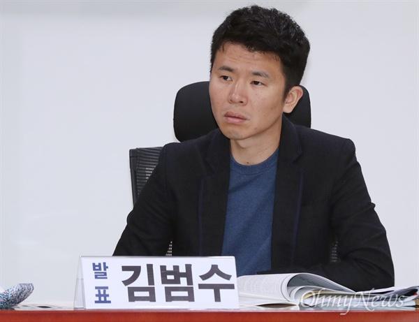 18일 오후 국회 의원회관에서 열린 언론장악 국정원 문건 피해자 보고대회에 김범수 KBS 전 <추적 60분> PD가 참석하고 있다.