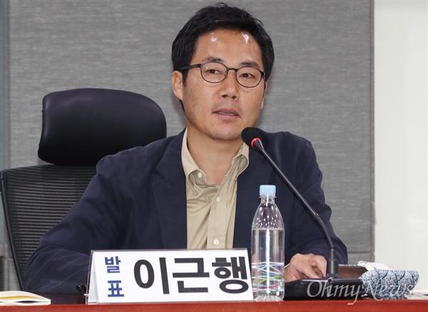 18일 오후 국회 의원회관에서 열린 언론장악 국정원 문건 피해자 보고대회에 이근행 MBC 전 시사교양국 PD가 참석하고 있다.
