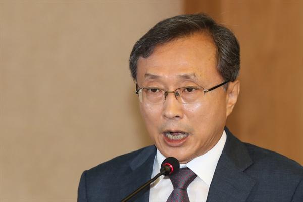 청와대는 18일 오후 헌법재판관에 유남석 현 광주고등법원장을 지명했다.