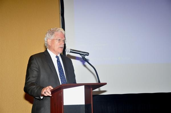 지난 13일 올랜도 힐튼 터스카니 호텔에서 열린 한국유업재단 주최 '현대 한국 알리기' 세미나에서 브루스 커밍스 시카고대 석좌교수가 강연을 하고 있다.