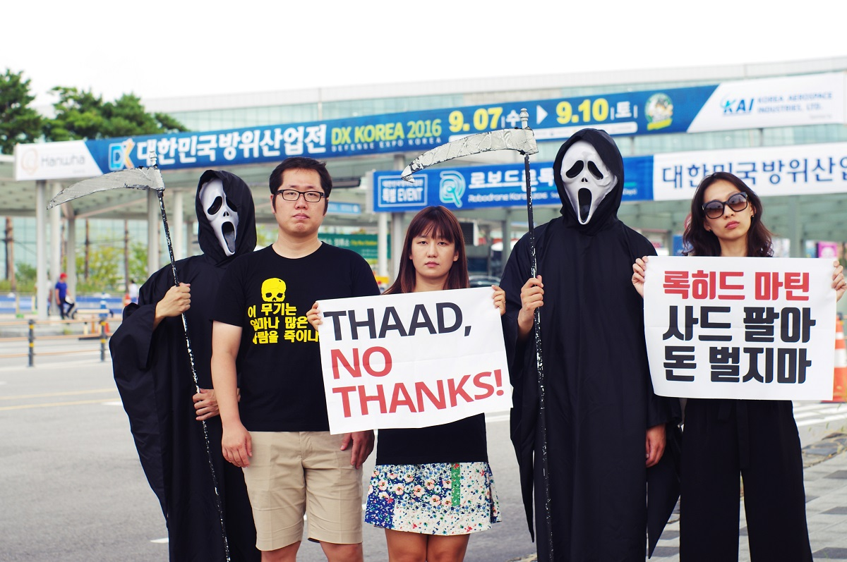 2016 대한민국 방위산업전시회장 앞, 평화활동가들의 사드 반대 퍼포먼스