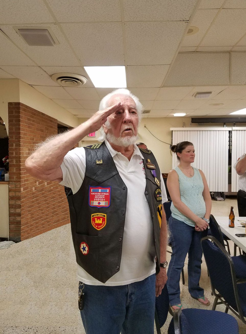 지난 6월 25일 올랜도 에지워터 베테랑스 클럽에서 열린 한국전 67주년 기념행사에서 한국전 참전 미군 베테랑이 국기에 대해 경례를 하고 있다.