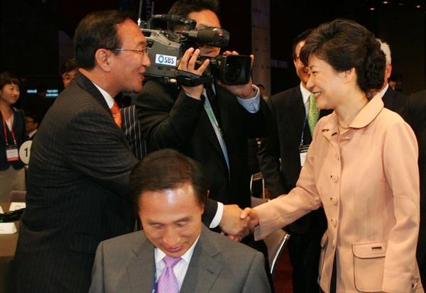 지난 2007년 5월 30일 당시 박근혜 전 대표와 민주노동당 노회찬 의원이 서울 광장동 쉐라톤 그랜드 워커힐호텔에서 열린 '서울디지털포럼 2007' 개막식에서 만나 악수하고 있다.