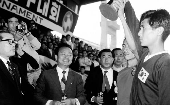 박대통령의 이름을 딴 제1회 국제축구대회에서 동남아축구강호 미얀마(당시 버마)가 한국과 무승부끝에 공동우승을 차지했다. 이후 미얀마는 3회 대회까지 연거푸 우승을 차지해 아시아 축구강호로 명성높던 한국축구의 체면을 구기게 했다.