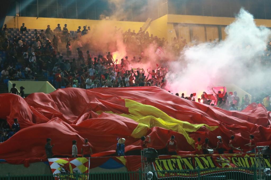 대형 베트남국기를 편 채 응원전을 펼치고 있는 베트남축구팬들. 국가대항 A매치가 열리는 날은 항상 이같은 이벤트가 펼쳐진다