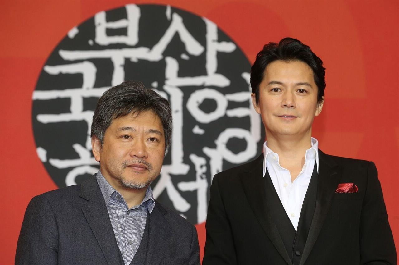 지난 19일, 부산 영화의전당 두레라움홀에서 열린 <세 번째 살인> 기자회견에 참석한 고레에다 히로카즈 감독, 후쿠야마 마사하루