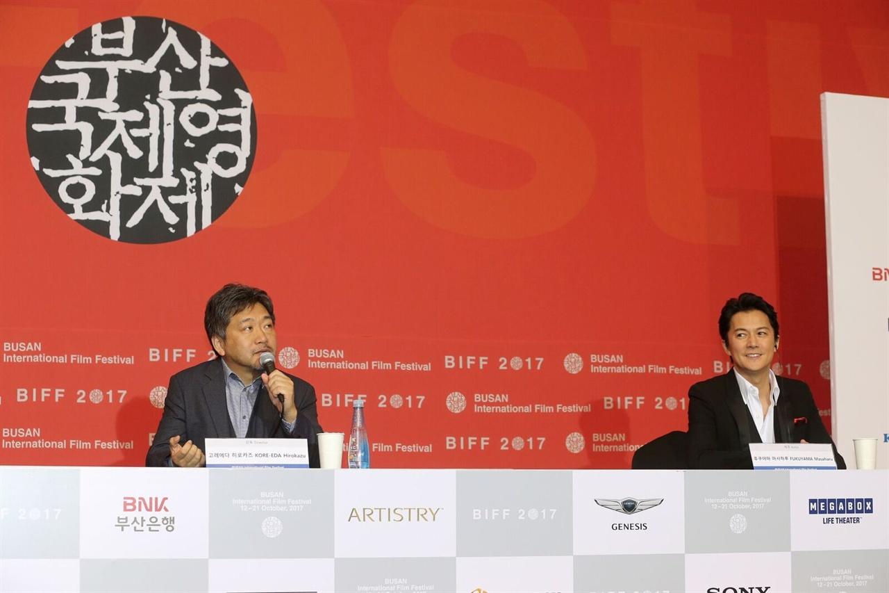 지난 19일 부산 영화의전당 두레라움홀에서 열린 <세번째 살인> 기자 회견에 참석한 고레에다 히로카즈 감독, 후쿠야마 마사하루