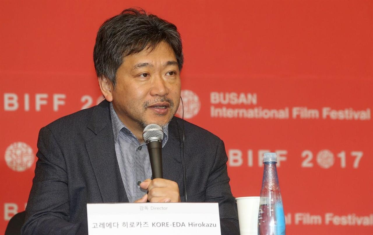 지난 19일 부산 영화의전당 두레라움홀에서 열린 <세 번째 살인> 기자회견에서 발언하는 고레에다 히로카즈 감독
