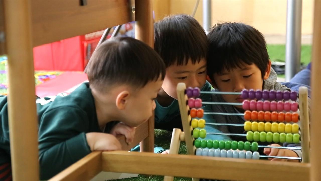 엄마들이 회의를 하는 동안 아이들은 옆에서 장난감을 가지고 놀고 있었다. 육아에 대한 이해만 있다면, 일과 육아는 반드시 별도로 이루어져야 하는 것이 아닐 수도 있다.