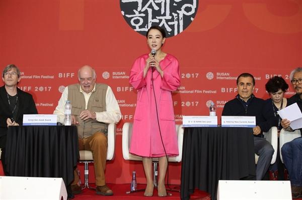 21일 오전 영화의 전당에서 열린 부산국제영화제 폐막 기자회견에 참석한 강수연 집행위원장과 심사위원들