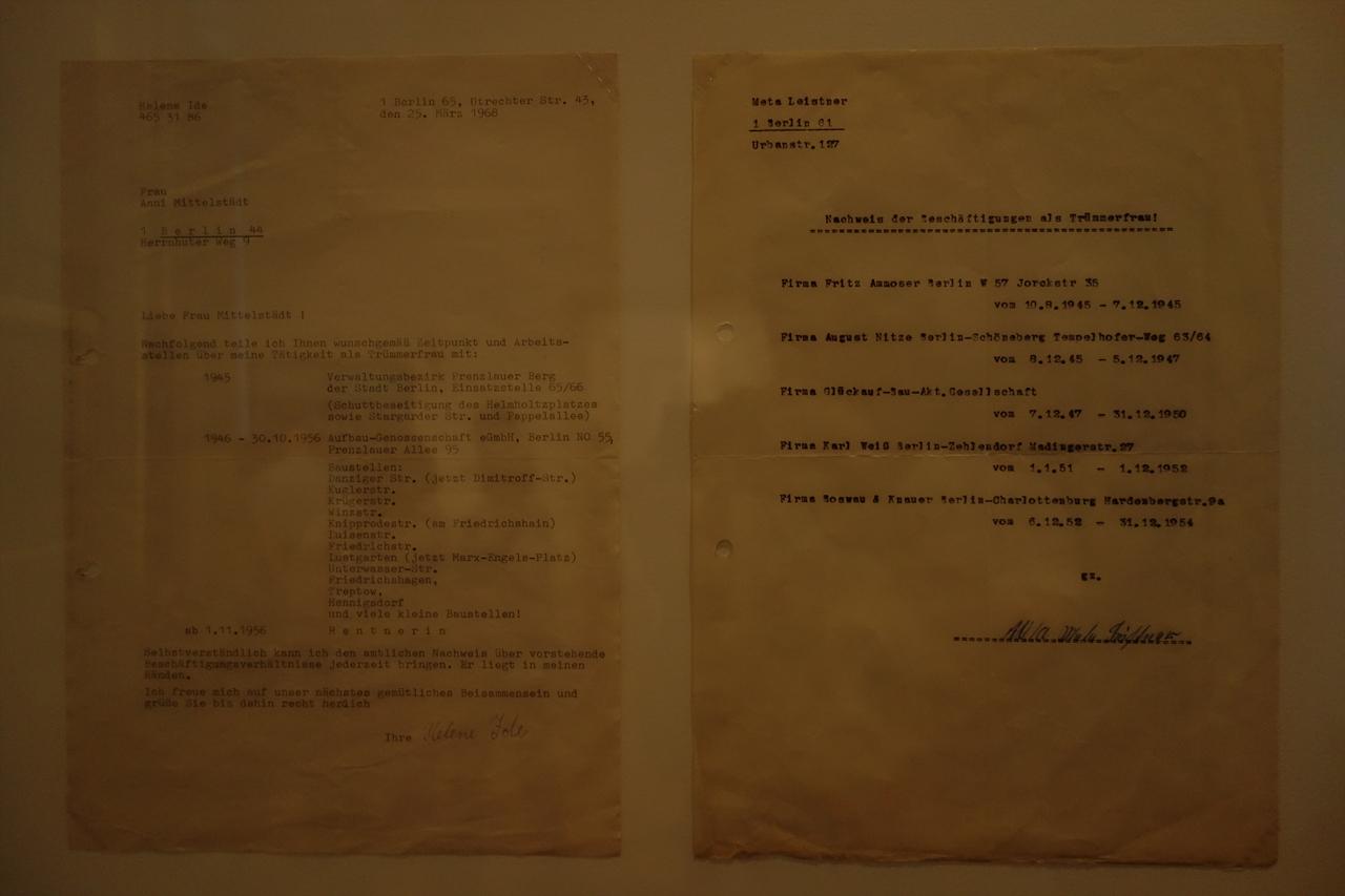 여성의 도시 전시품 중 하나 2차세계대전 이후 전쟁 폐기물을 처리하는 업무를 담당했던 베를린의 여성들이 1968년에 발급받은 증명서. 증명서에는 업무 구역과 고용된 회사 등에 대한 정보가 기입되어있다.