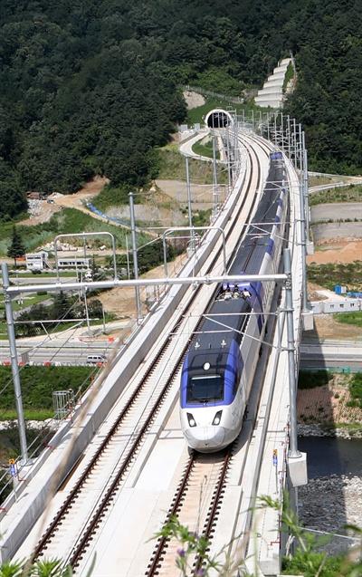 지난 8월 KTX가 원주∼강릉 복선철도(120.7㎞) 구간에 처음 투입돼 강릉 남대천교를 시원스럽게 달리고 있다.
