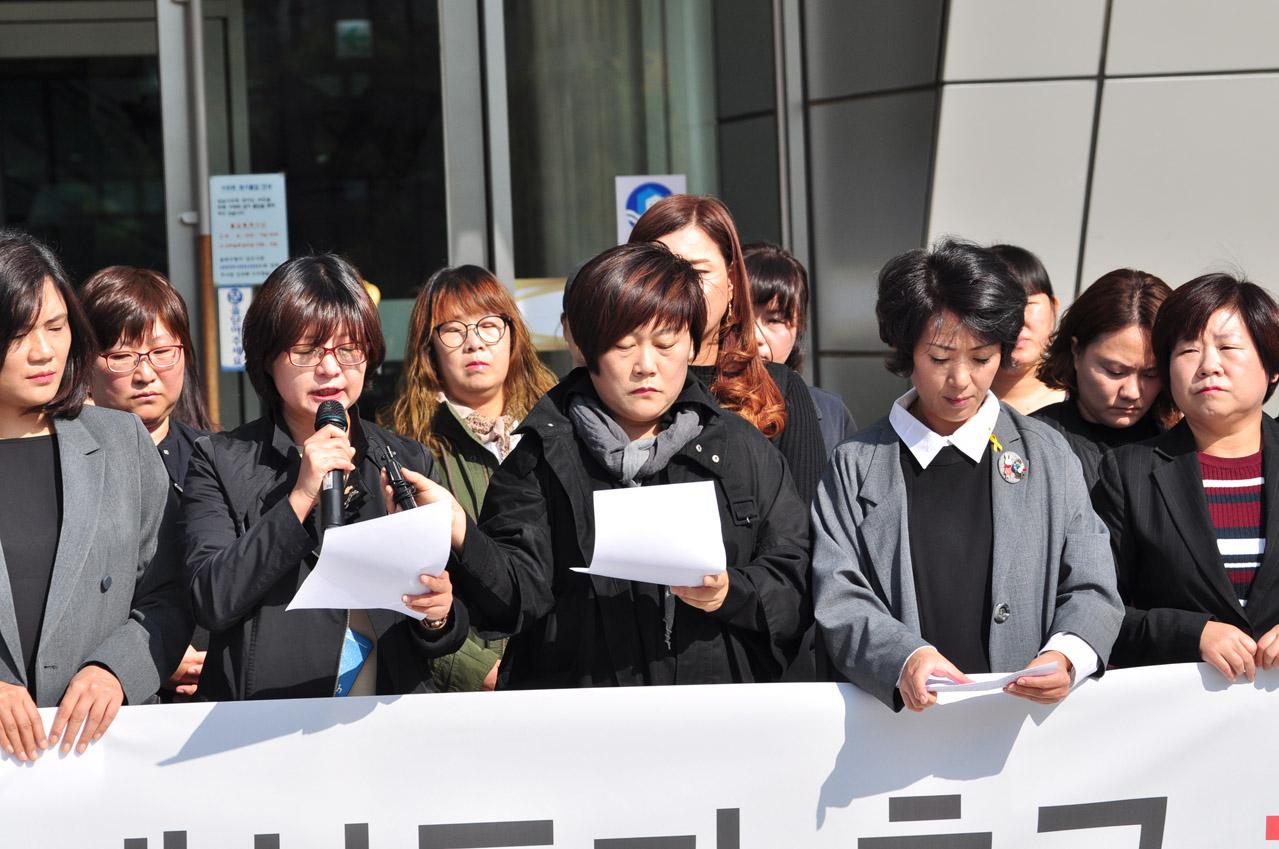 23일 오전 10시 30분 성남시의회 앞마당에서 성남시초중고학부모네트워크협의회 회원들이 발언중인 모습