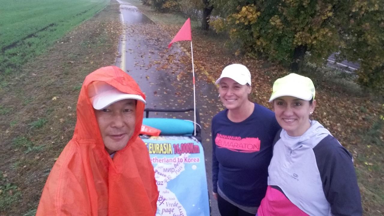 마라토너들과 비가 내리는 한적한 길을 달리다 만난 마라토너