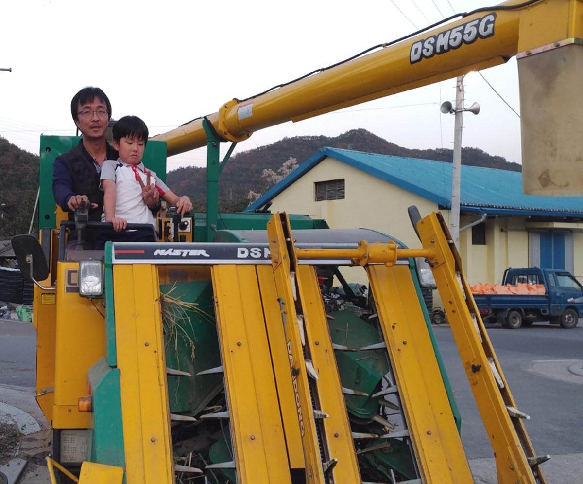 열살 아들과 불혹의 한가운데를 지나는 농사꾼 벼 베는 콤바인을 재미있는 장난감으로 여기는 농사꾼 아들 한결이