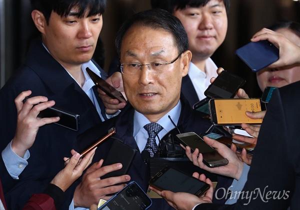 24일 오전 서울 서초구 서울중앙지법에서 이헌수 전 국정원 기조실장이 '화이트리스트' 관련 조사를 받기 위해 출석하고 있다.