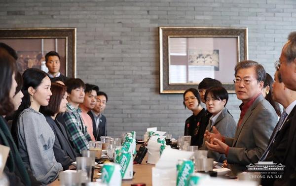 15일 부산국제영화제를 찾은 문재인 대통령이 영화 관람 후 인근 식당에서 배우 및 부산지역 영화 전공 대학생들과 대화를 나누고 있다.