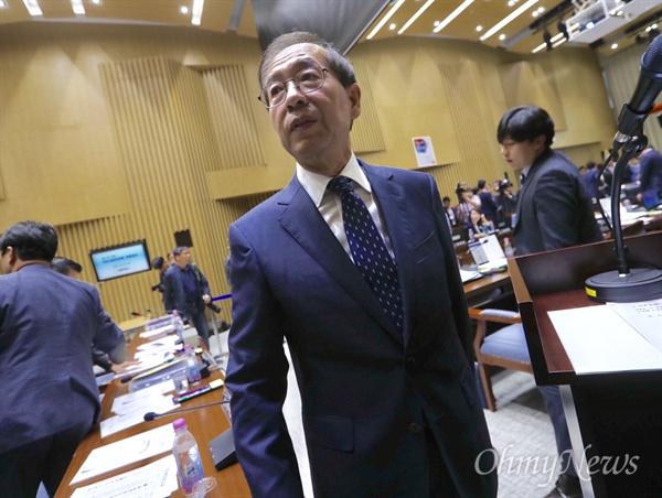 박원순 서울시장이 25일 오전 서울 시청에서 열린 국토교통위원회 서울시 국정감사가 정회되자 자리에서 일어나고 있다.