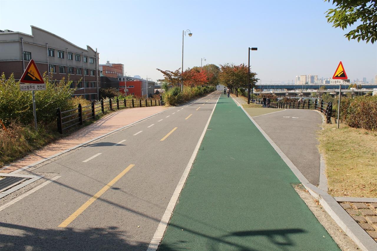 성내천 자전거도로에서 길이 두갈래로 나뉜다. 오른쪽은 한강시민공원으로 이어지는길. 왼쪽은 지하철 2호선 잠실나루역으로 이어지는 길이다. 두 길 모두 경사도 6% 이상으로 미끄럼주의 표지판이 설치되어있다.