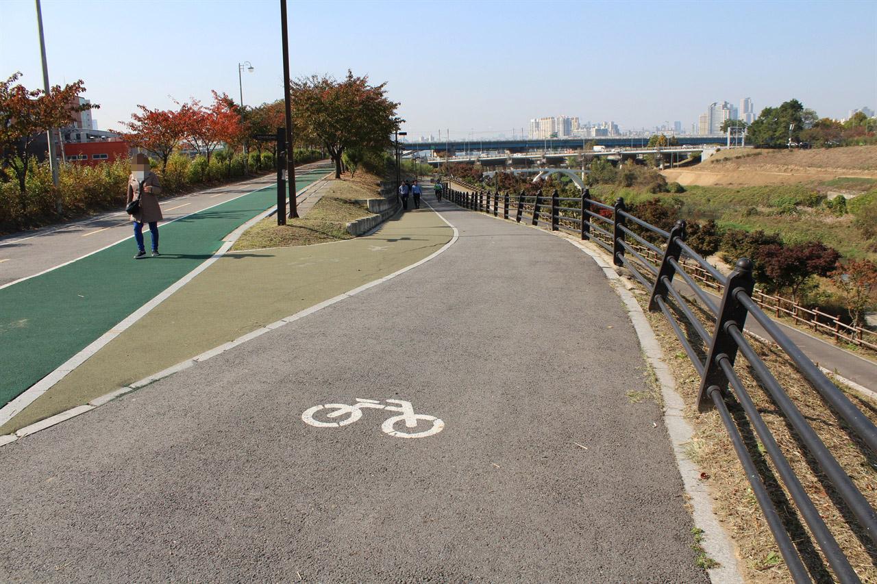 성내천 자전거길에서 한강시민공원으로 이어지는 경사길. 경사길의 거리가 길어 자칫 위험할 수도 있다. 대신 이 길은 자전거도로와 보행자로가 확실히 구분되어 있다.