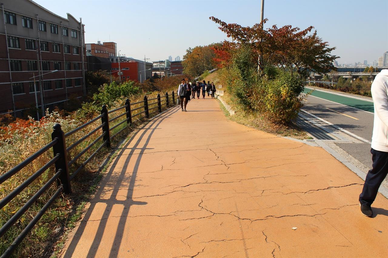성내천 자전거로에서 지하철 2호선 잠실나루역으로 이어지는 길. 경사도 6% 긴 경사로로 자칫 위험할 수도 있는 상황이지만, 바로 옆 경사로와 달리 자전거도로와 보행자로의 구분이 없다.