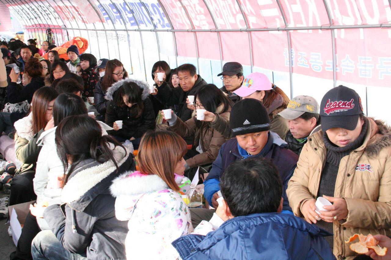 2010년 공장점거파업 현장, KEC지회는 용역에 의한 폭력과 교섭해태로 일관하는 회사에 교섭을 요구하며 점거파업에 돌입했다. 이상혁 조합원(검은 비니를 쓰고 있다)도 당시  점거파업에 참여했다.