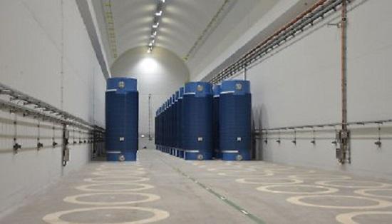 ▲ 독일 네카르베슈타임(Neckarwestheim) 원전의 '터널형 건식저장시설'. 2006년에 건설된 이 시설은 발전소 후면 산지의 경사면에 갱구를 조성하고, 두 개의 평행한 원형 터널을 뚫어 심부암반 내에 건설됐다. 터널의 벽은 콘크리트로 되어 있으며, 저장시설이 암반 내에 건설돼 외부 공격으로부터 안전을 보장할 수 있고 방사선 차폐 효과도 우수하다.