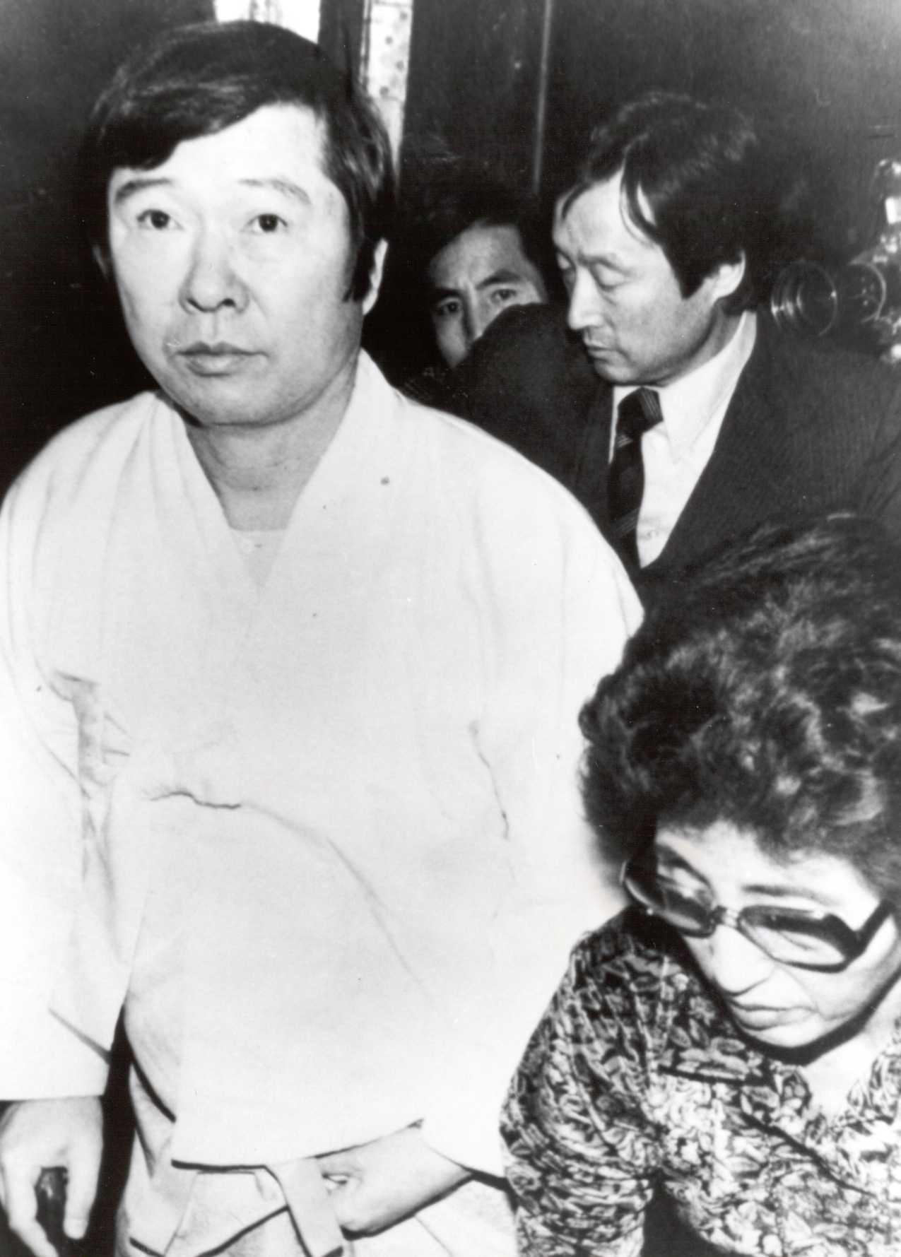 1978년 12월 석방 직후의 모습 2년 10개월 여 동안 투옥된 직후의 모습. 감옥에서 다리 부상이 악화되어 이 때부터 지팡이를 짚게 되었다.
