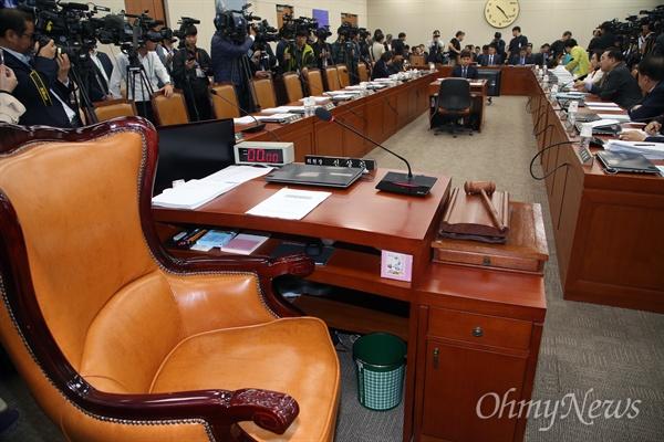 한국당 불참으로 KBS 국감 파행 26일 오전 국회 과학기술정보방송통신위원회에서 열릴 예정이던 KBS, EBS 등에 대한 국정감사가 자유한국당의 불참으로 파행을 빚고 있다.