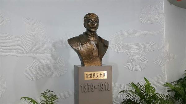 """하얼빈 조선족예술관 안에 임시개관한 안중근 기념관의 안중근 흉상. 안중근 기념관 관계자는 """"중국에 안중근 의사를 기리는 조형물은 이것 하나뿐""""이라고 설명했다."""