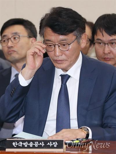 고대영 KBS 사장이 26일 오후 국회 과학기술정보방송통신위원회 국정감사에 출석해 안경을 고쳐쓰고 있다.