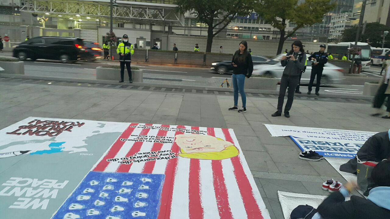 청년원정단 단원들이 광화문 미 대사관 앞에서 농성을 진행하고 있다.