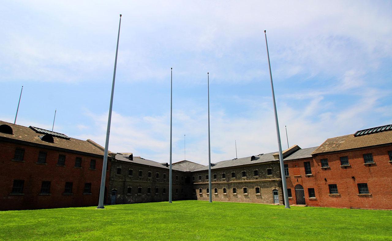 다렌의 뤼순 감옥. 이 감옥에서 안중근, 신채호, 이회영 세 분이 순국했다. 오른쪽 붉은 부분이 일본이 증축한 건물이다.