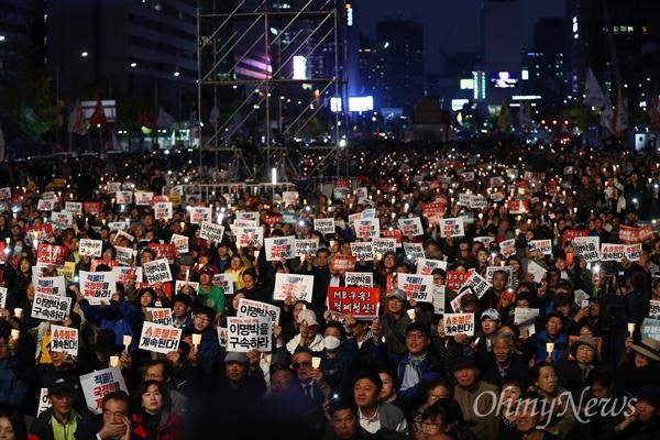 28일 오후 서울 광화문광장에서 촛불집회 1주년 집회 '촛불은 계속된다'가 열리고 있다.