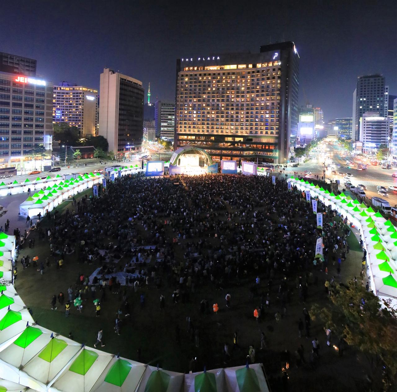 일만오천명 청년들이 서울시광장을 메우고 있다.