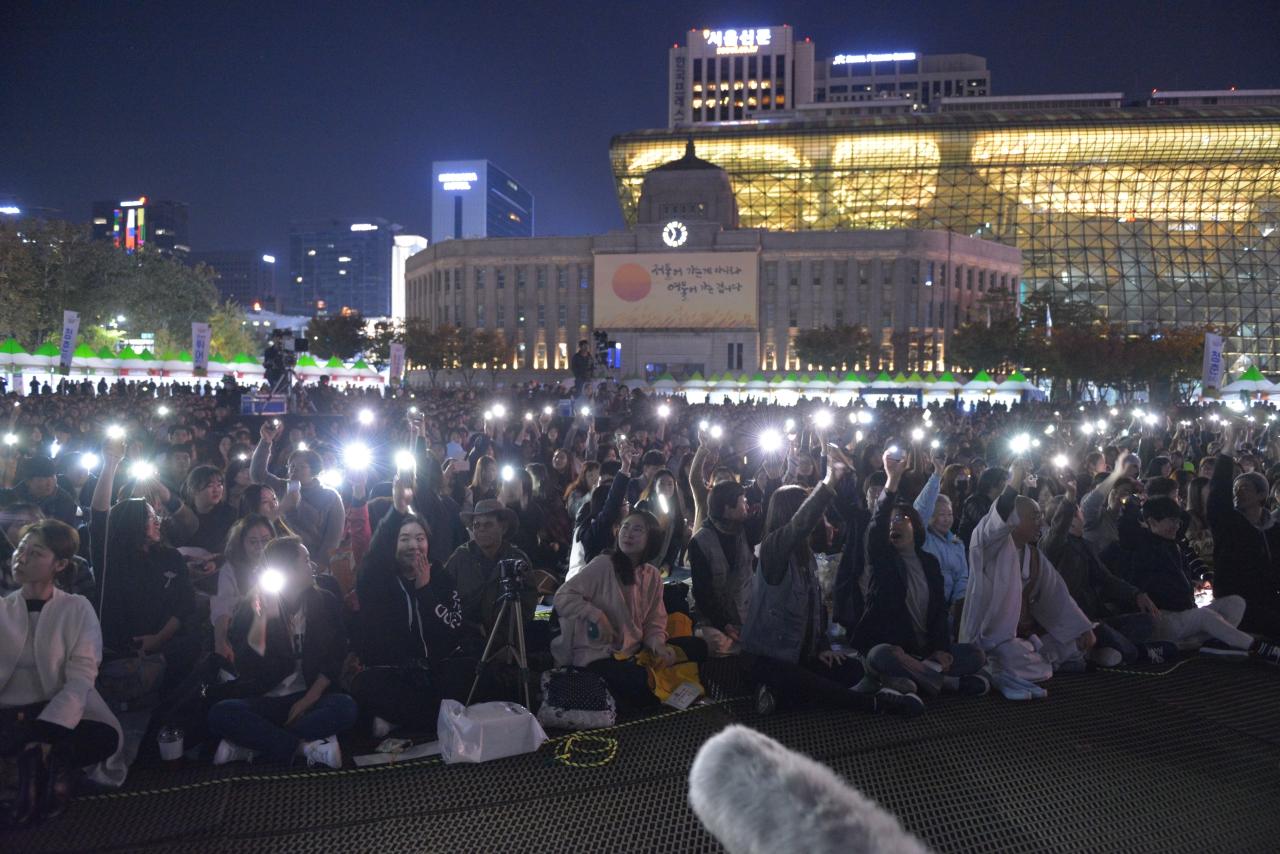 2017 청춘콘서트 큰 함성 소리와 함게 핸드폰 불빛을 켜고 '전쟁 반대'와 '한반도 평화'를 외치는 청년들.