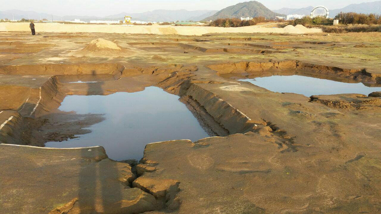춘천 중도에 발굴중인 유적에 물이 차고 유구선이 허물어져 문화재 관리가 엉망이라는 지적이 제기되고 있다.