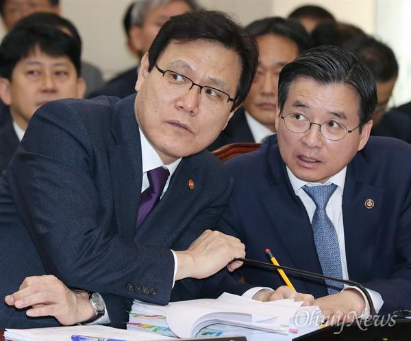 최종구 금융위원장과 김용범 부위원장이 30일 국회 정무위원회의 종합감사에서 대화하고 있다.