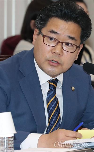 박찬대 더불어민주당 의원이  30일 국회 정무위원회의 종합감사에서 삼성 차명계좌와 관련해 최종구 금융위원장에게 질의하고 있다.
